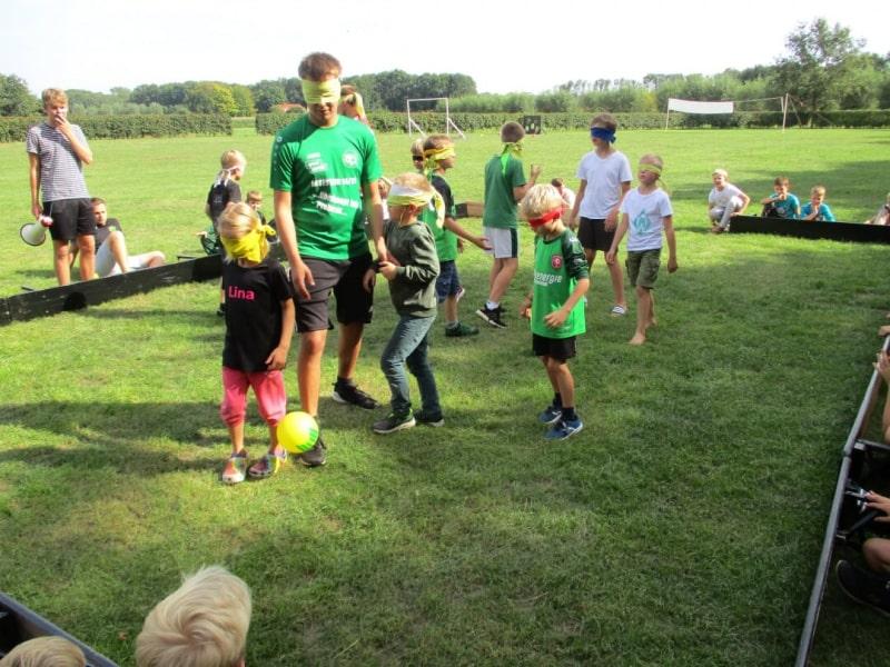 Kinder mit Jarmo beim Blind-Kick