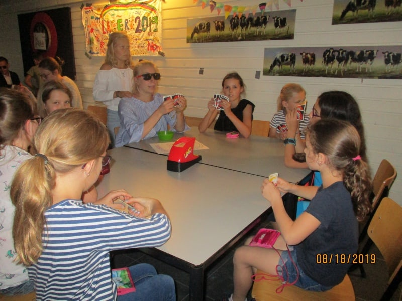 Kinder spielen Uno Extreme